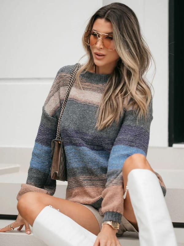 Moda Outono Inverno 2021: modelo vestindo uma blusa de tricot manga longa listrada com cinza predominante.