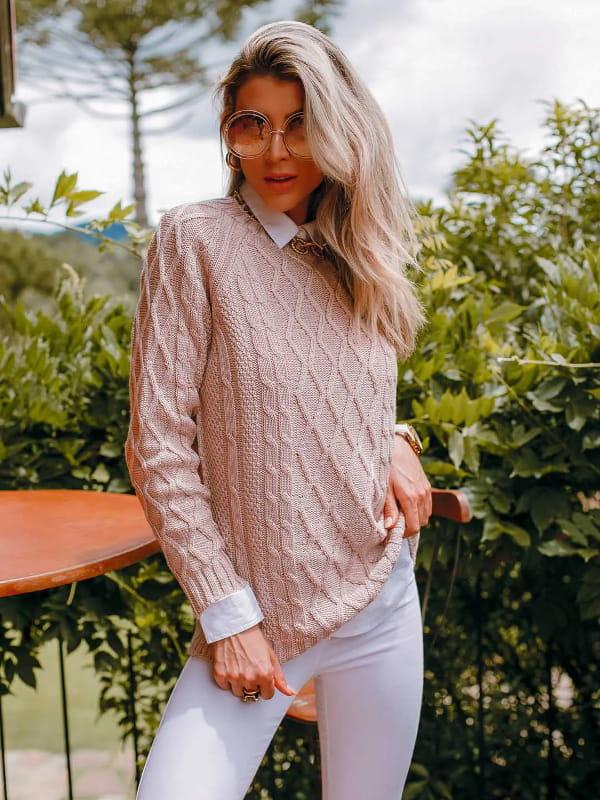 Moda Outono Inverno 2021: modelo vestindo uma blusa de tricot rosê.