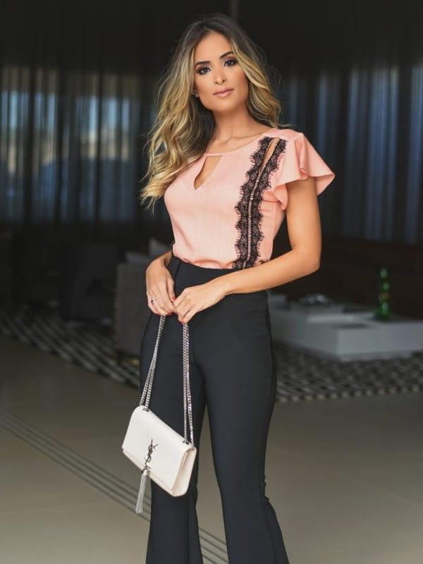 Moda retrô: modelo vestindo uma calça flare e blusinha com renda.