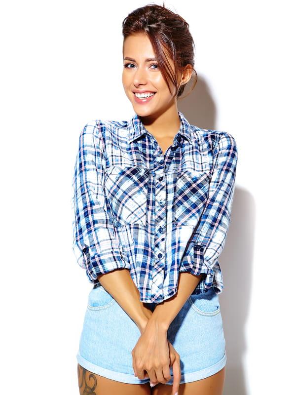 Moda retrô: modelo vestindo uma camisa xadrez com tons de azul.