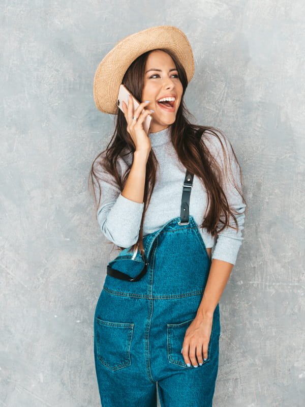 Moda retrô: modelo vestindo um macacão jeans.