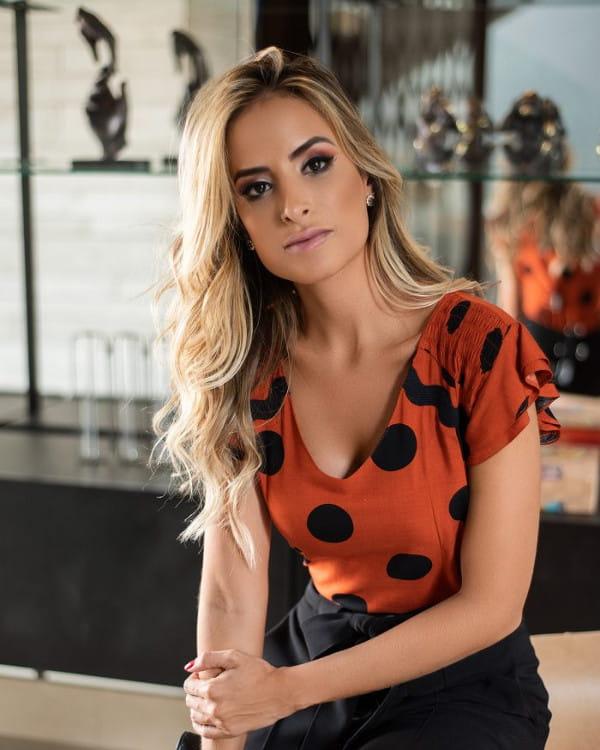 Moda retrô: modelo vestindo uma blusinha poá.