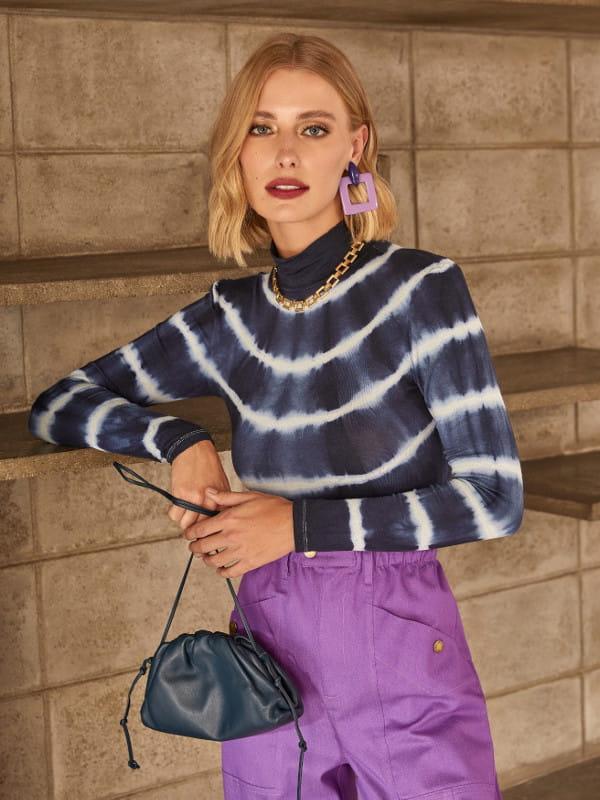 Moda Tie Dye: conheça a origem dessa tendência: modelo com uma blusa de malha tie dye marinho.