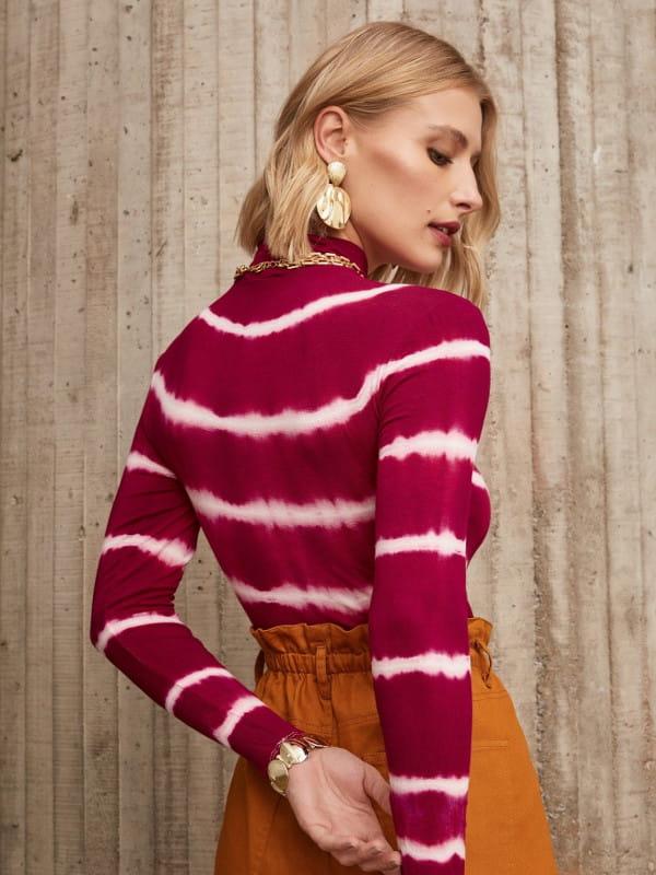 Moda Tie Dye: conheça a origem dessa tendência: modelo mostrando as costas de uma blusa de malha tie dye vinho.