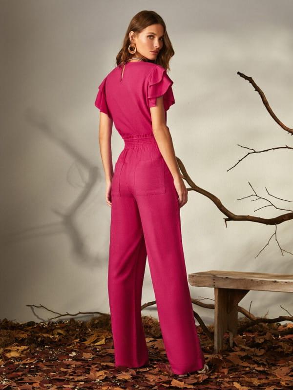 Modelagem Clochard: em alta o ano todo: modelo com uma calça pantalona clohcard pink e blusa na mesma cor.