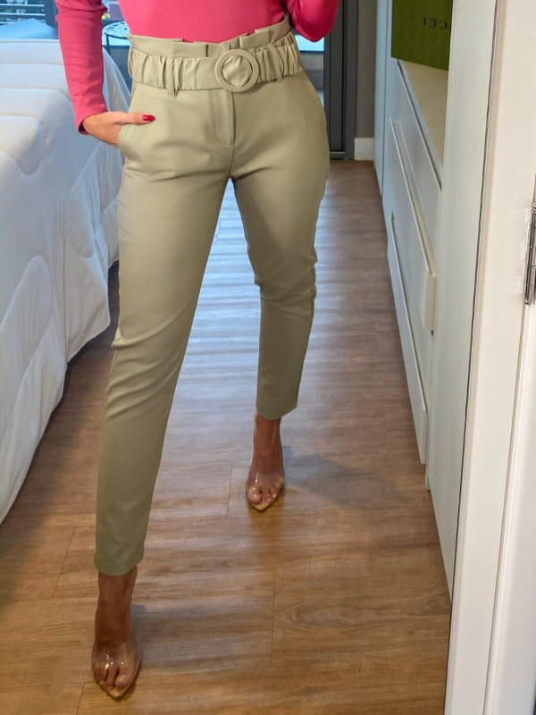 Modelagem Clochard: em alta o ano todo: modelo com uma calça clohcard verde claro e blusa pink.