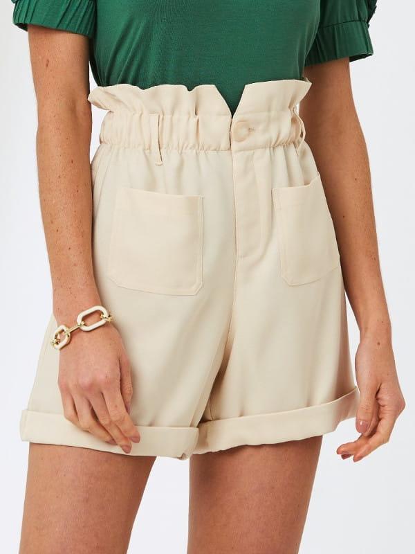 Modelagem Clochard: em alta o ano todo: modelo com um shorts clohcard creme.
