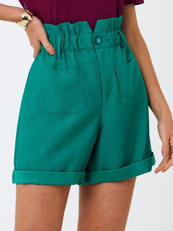 Modelagem Clochard: em alta o ano todo: modelo com um shorts clohcard verde.