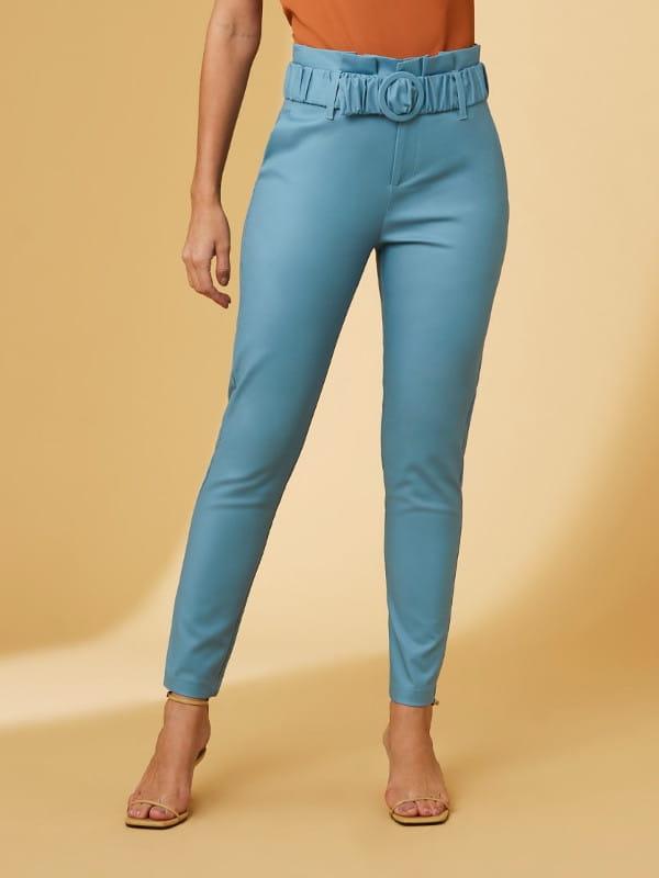 Modelagem Clochard: em alta o ano todo: modelo usando uma calça clochard com cinto fivela.