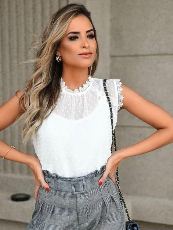 Modelos de blusas de renda: modelo usando uma blusa com renda em tule bordado.