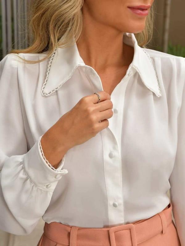 Modelos de blusas femininas: modelo vestindo uma camisa em crepe manga longa com renda.