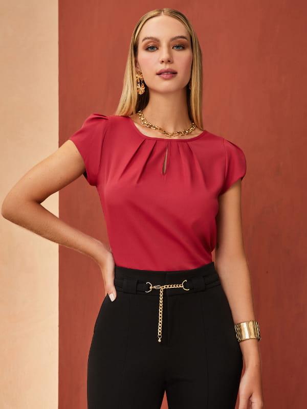 Modelos de blusas femininas: modelo vestindo uma blusa de crepe gota vermelha.