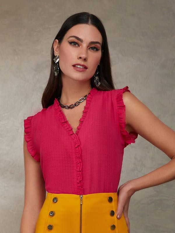 Modelos de blusas femininas: modelo vestindo uma blusa de crepe chiffon com babadinhos na cor pink.