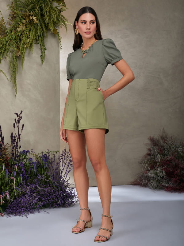 Modelos de blusas femininas: modelo com um look monocromático verde de crepe.