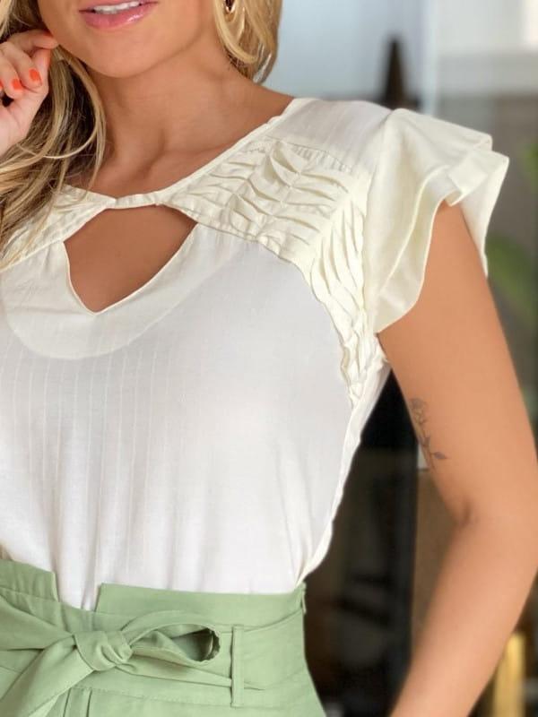 Modelos de blusas femininas: modelo vestindo blusa de crepe viscose com manguinhas duplas.