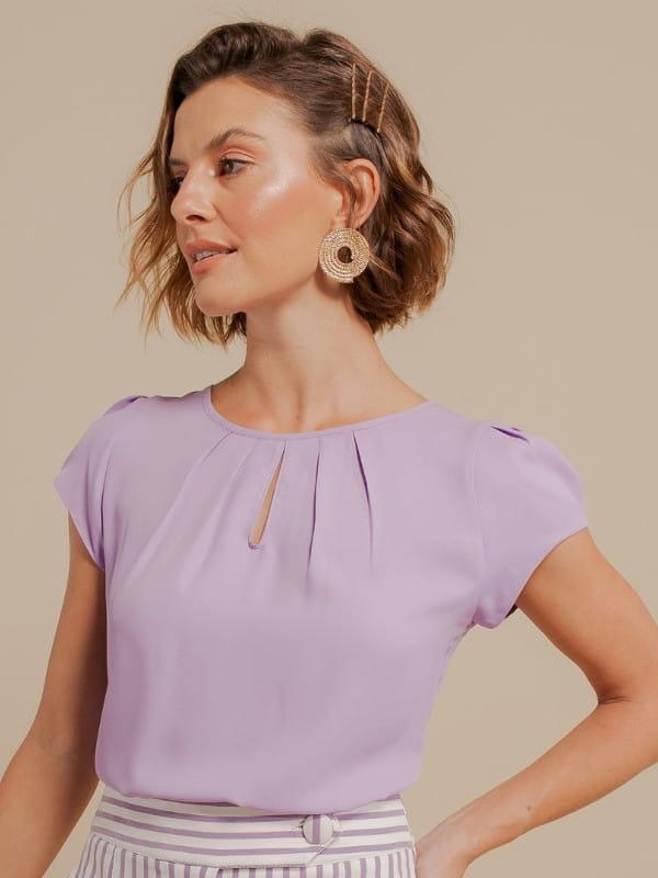 Modelos de blusas femininas: modelo vestindo uma blusa de crepe básica detalhe gota.