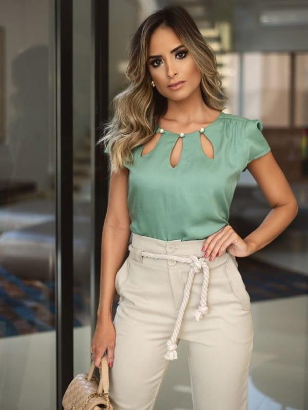 Modelo vestindo uma blusa bicolor em crepe.
