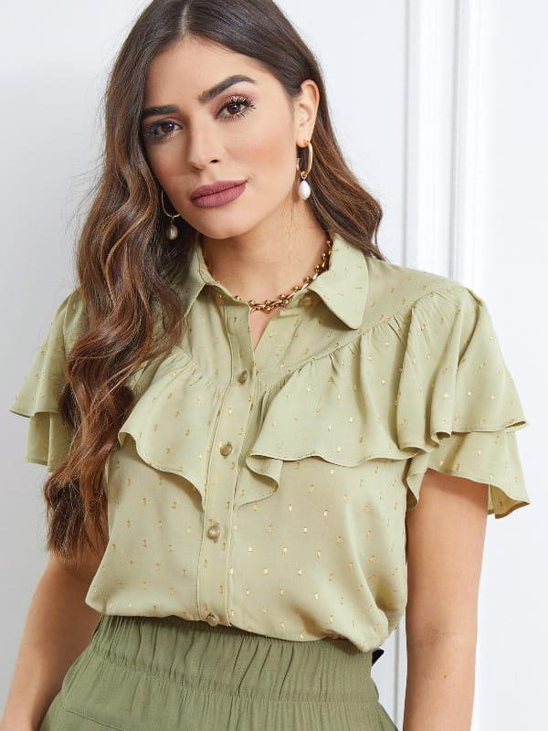 Modelo vestindo uma blusa de viscose feminina verde.