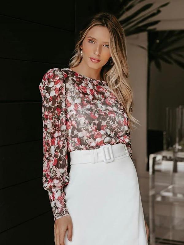 Modelos de blusas femininas: modelo vestindo uma blusa com detalhe em argola.