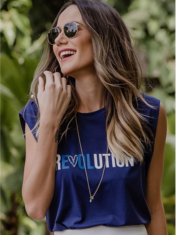 Modelo vestindo uma T-shirt revolution.