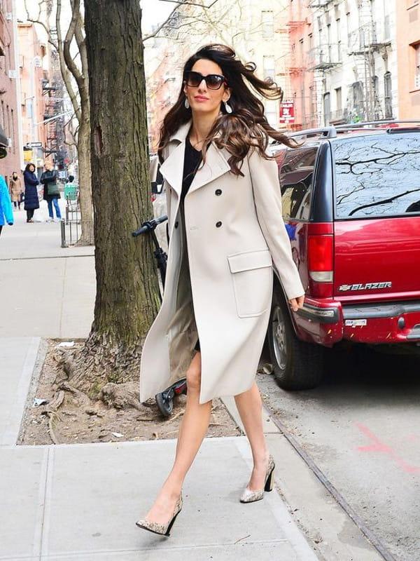 No inverno as pessoas ficam mais elegantes: look de Amal Clooney.