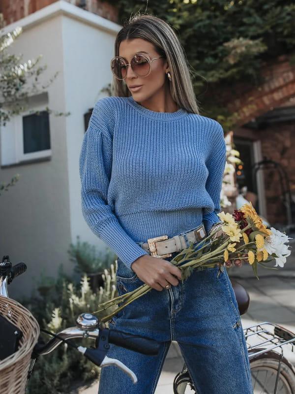 No inverno as pessoas ficam mais elegantes: modelo vestindo uma blusa de tricot azul com prega na manga.