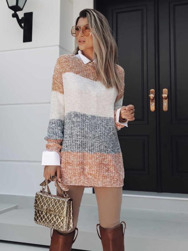 No inverno as pessoas ficam mais elegantes: modelo vestindo uma blusa de tricot maxipull com faixas coloridas.