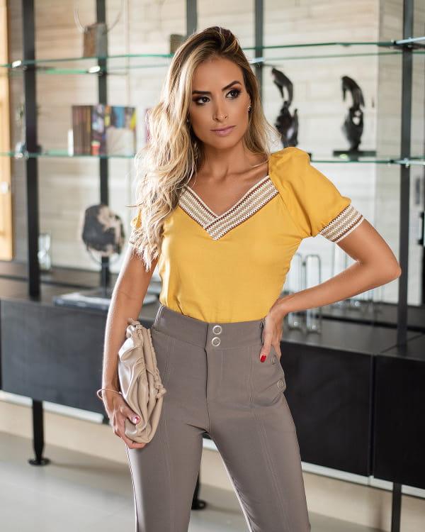 Mulher vestindo uma blusa de linho de viscose.