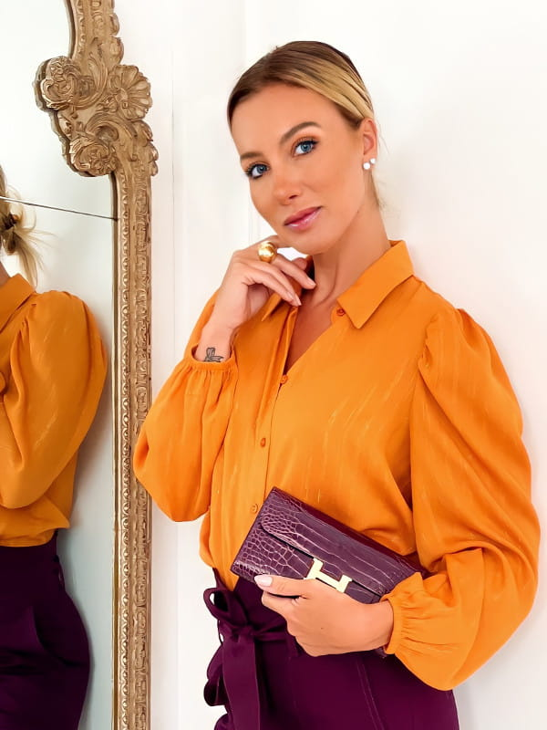 O poder das cores vibrantes: modelo vestindo uma camisa de chiffon com manga bufante.