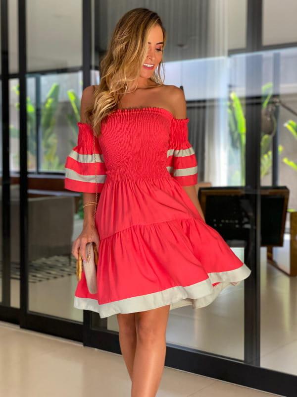 O que vestir no Natal em 2020: modelo vestindo um vestido vermelho com gola tomara que caia.