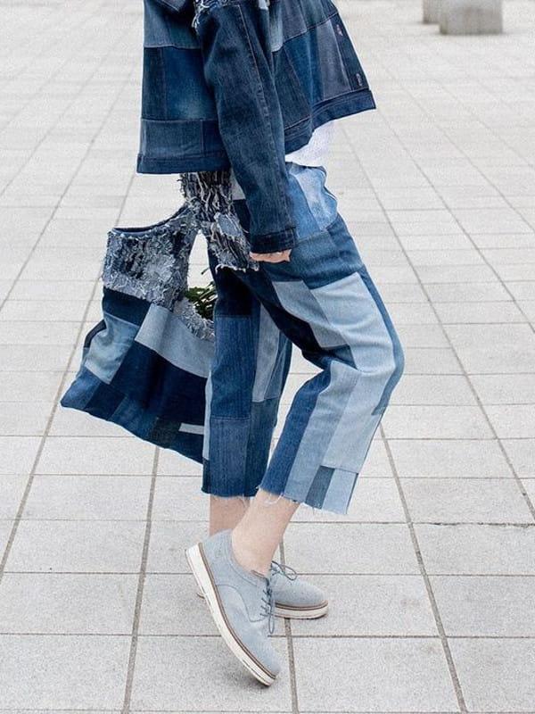 Patchwork: uma tendência sustentável: modelo vestindo uma calça jeans trabalhada em patchwork.