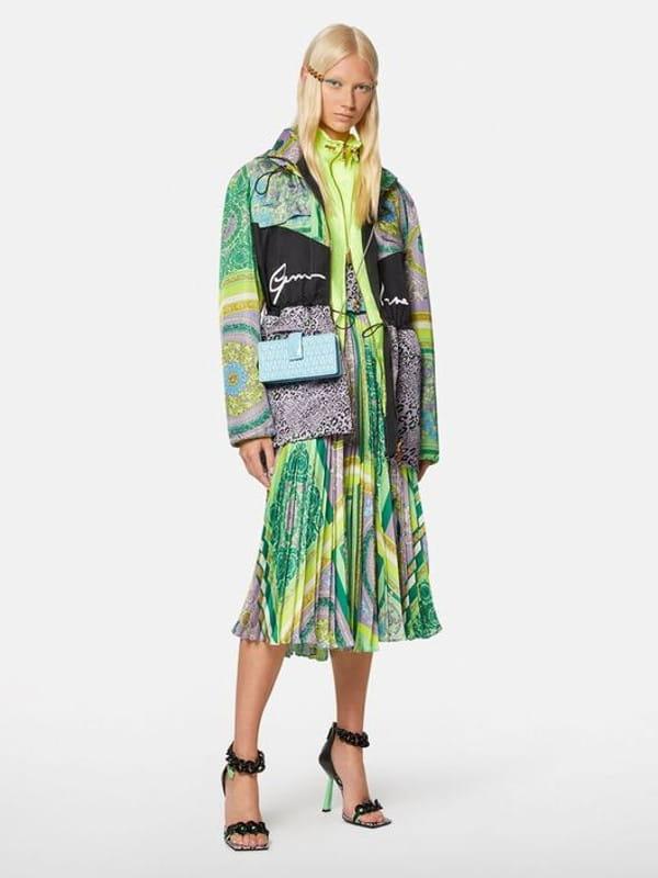 Patchwork: uma tendência sustentável: modelo vestindo um look monocromático trabalhado em patchwork.