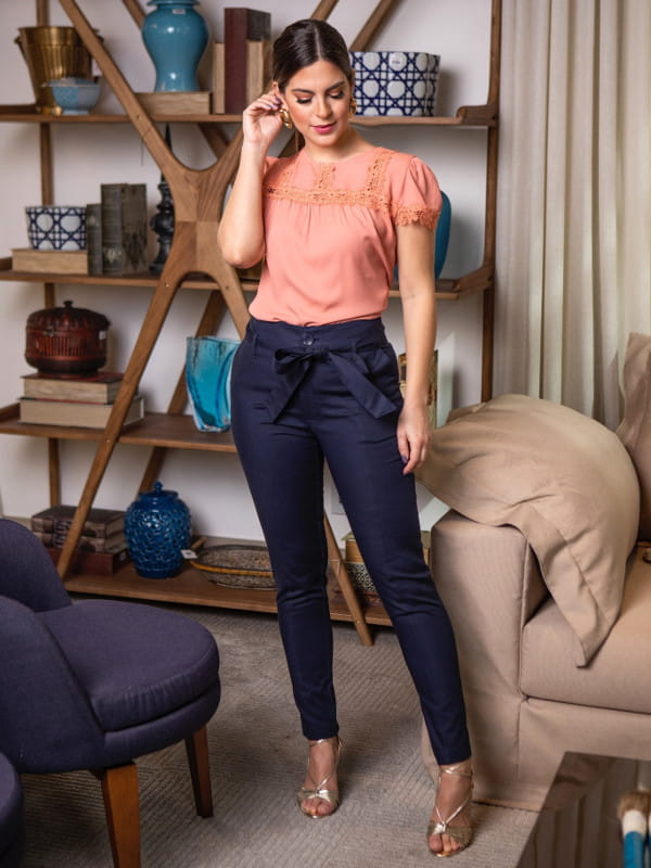 Peças fundamentais no guarda-roupa feminino: modelo com uma calça preta com amarração.