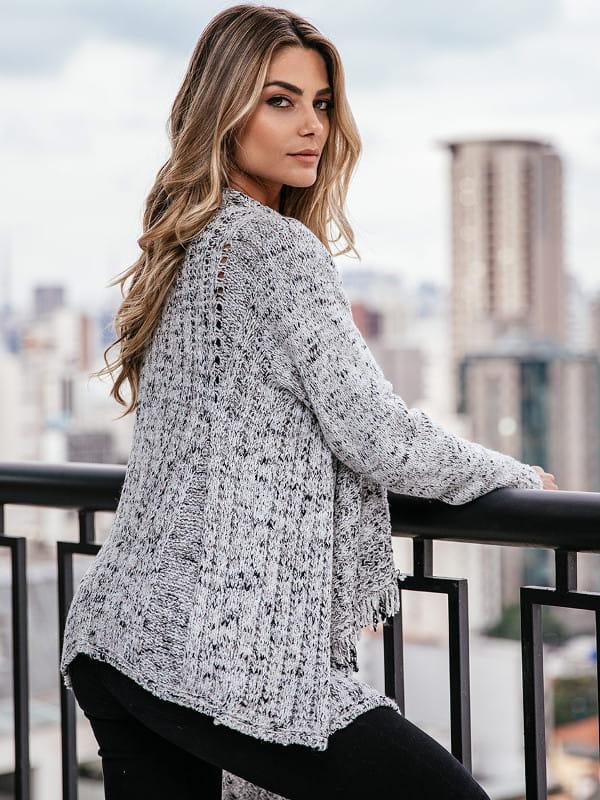 Peças fundamentais no guarda-roupa feminino: modelo vestindo um cardigan cinza.