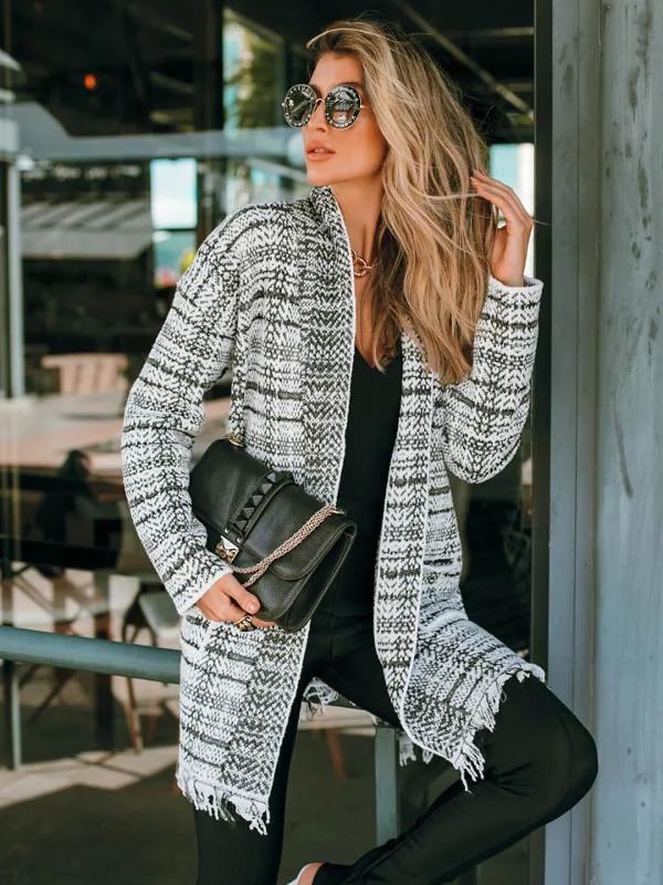 Peças que nunca saem de moda: modelo vestindo um casaco de tricot mousse xadrez.
