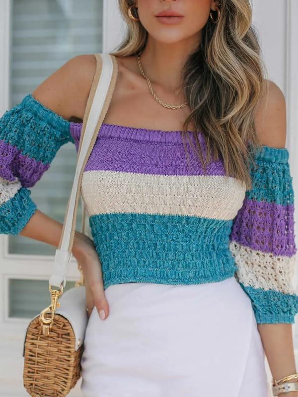Qual decote usar para favorecer meu corpo: modelo vestindo um cropped de tricot gola ombro a ombro.