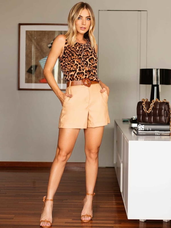 Regata de oncinha feminina: modelo vestindo uma regata de oncinha com pregas e shorts - look completo.
