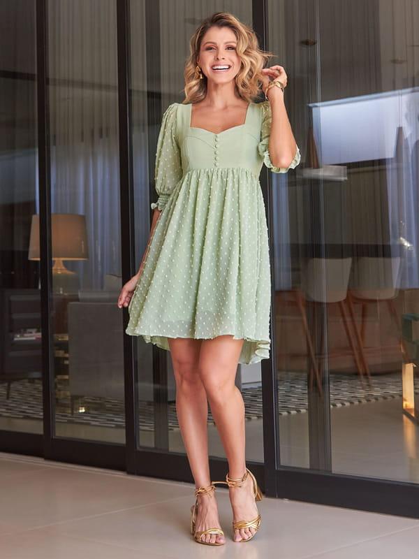 Roupas assimétricas: saiba como usar: modelo vestindo um vestido curto na frente e comprido atrás.
