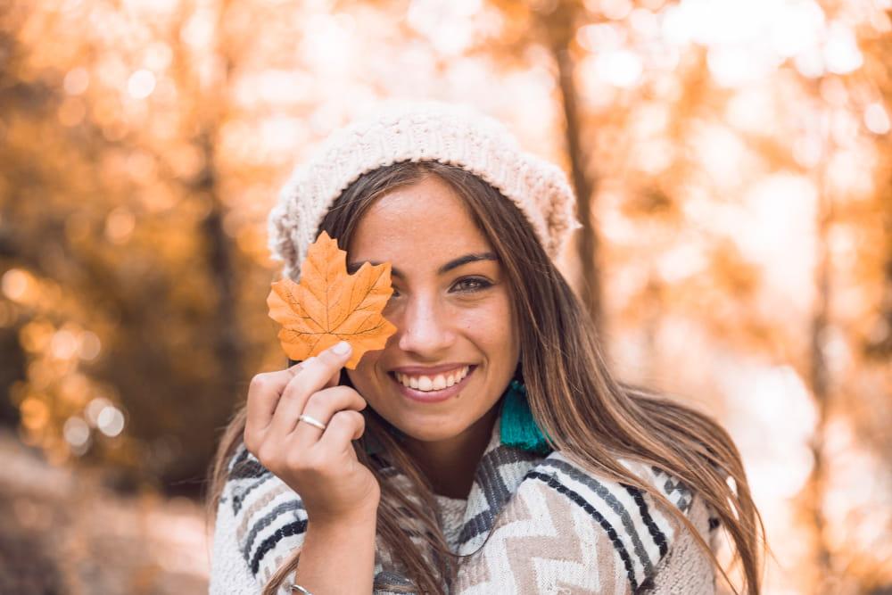 Roupas femininas para trabalhar em dias frios: modelo vestindo gorro e cachecol.