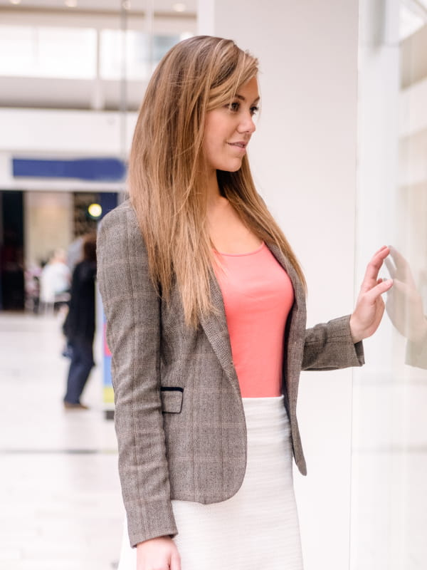 Roupas femininas para trabalhar em dias frios: modelo vestindo um blazer.