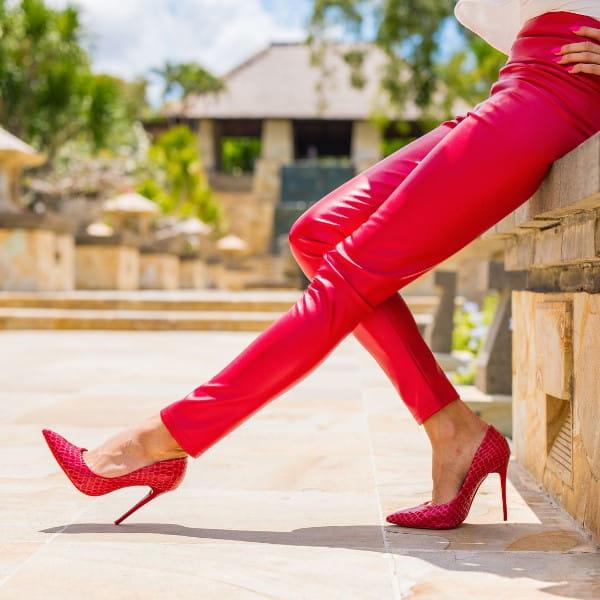 Roupas femininas para trabalhar em dias frios: modelo vestindo calça de couro pink.