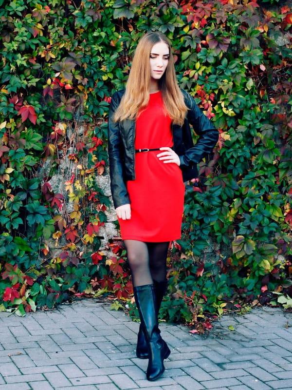 Roupas femininas para trabalhar em dias frios: modelo com um vestido, meia calça e bota.