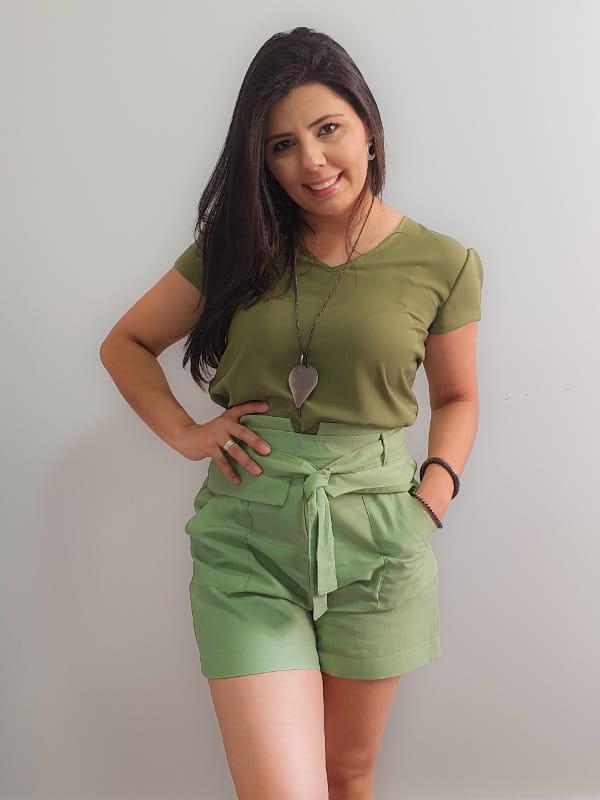 Roupas para Ano Novo: modelo vestindo bermuda de viscose com blusa de crepe verdes.
