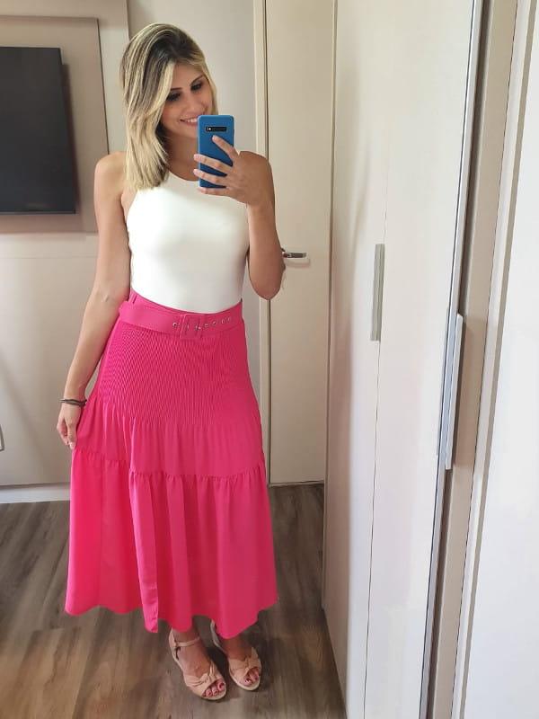 Roupas para Ano Novo: modelo vestindo regata body com saia rosa.
