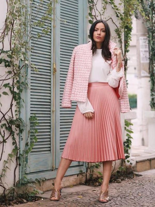 Saia midi plissada: modelo vestindo uma saia midi com blusa.
