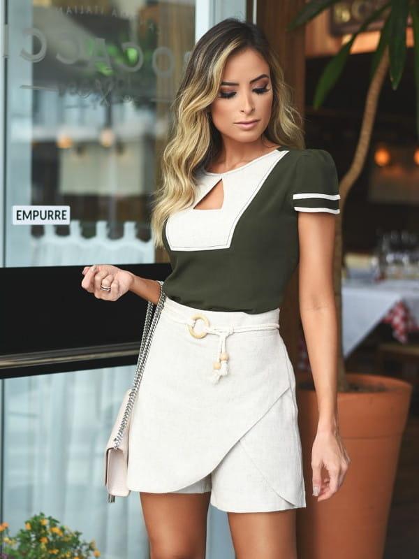 Shorts Saia: modelo vestindo short saia com zipper lateral.