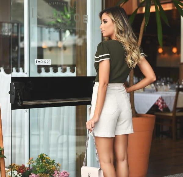 Shorts Saia: modelo vestindo short saia de linho.