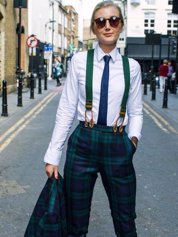 Suspensórios femininos: modelo usando uma calça xadrez e suspensório verde.