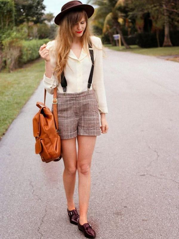 Suspensórios femininos: modelo usando suspensório com shorts.