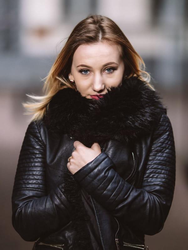 Tecidos para o Inverno 2020: modelo vestindo um casaco de couro preto.
